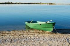 De oude Boot van de Rij op het strand Zonsopgang Royalty-vrije Stock Afbeeldingen