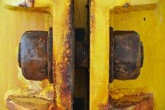 De oude bout van bouwplatform in de golf, velen roest op de bout Stock Foto's