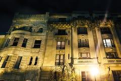 De oude bouw bij nacht in Mount Vernon, Baltimore, Maryland stock foto's