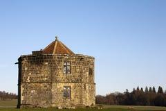 De oude Bouw bij Ruïnes Cowdray in Midhurst, Engeland Stock Fotografie