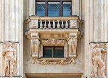 De oude bouw buiten met balkon en kolommen in Boedapest, Hongarije stock afbeeldingen