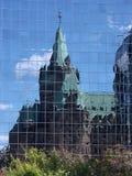 De oude bouw die in nieuw wordt weerspiegeld Stock Foto's