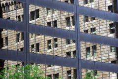 De oude bouw die in vensters van modern bureau wordt weerspiegeld   Stock Afbeeldingen