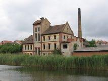 De oude bouw door rivier 3 royalty-vrije stock afbeelding