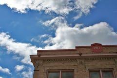 De oude bouw en cloudscape royalty-vrije stock fotografie