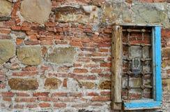 de oude bouw en een oud venster stock fotografie