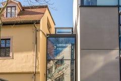 De oude bouw en onlangs gebouwd die huis architecturaal aan gang van glas wordt verbonden stock fotografie