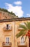 De oude bouw en palm bij het kathedraalvierkant van Cefalu, Si royalty-vrije stock fotografie