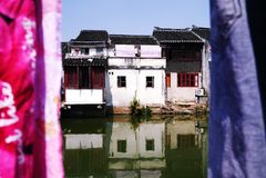 De oude bouw en rivieren royalty-vrije stock fotografie