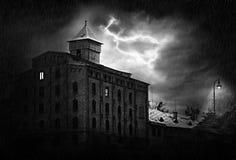 De oude bouw in het onweer Royalty-vrije Stock Afbeeldingen