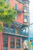 De oude bouw in kleine stad Stock Afbeelding