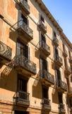 De oude bouw met blinden en balkons Stock Afbeelding