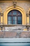 De oude bouw met een voorgevel van gele baksteen royalty-vrije stock foto