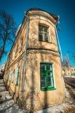 De oude bouw met groene ontworpen vensters en downspouts Royalty-vrije Stock Afbeeldingen