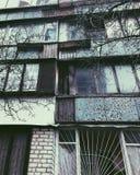 De oude bouw met kleuren heldere vensters stock afbeelding