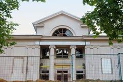 De oude bouw met kolommen in Minsk, Wit-Rusland Royalty-vrije Stock Fotografie