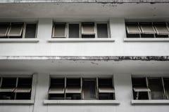 De oude bouw met oude vensters Royalty-vrije Stock Fotografie