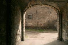 De oude bouw met overwelfde galerij Stock Foto