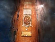 De oude bouw met pictogram op een oranje muur bij donkere mystieke nacht Mooie oude vensters in Rome (Italië) Royalty-vrije Stock Afbeeldingen