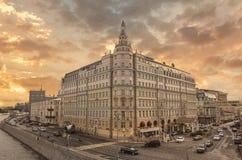De oude bouw met rivier in Moskou Stock Fotografie