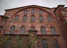 De oude bouw met steenvoorgevel en vele vensters royalty-vrije stock foto