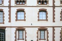 De oude bouw met vensters stock foto