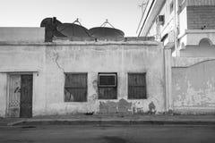 De oude bouw met vensters en veredelingsmiddelapparaat saud Royalty-vrije Stock Afbeeldingen