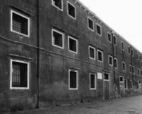 De oude bouw met vierkante vensters in Venetië Royalty-vrije Stock Foto's