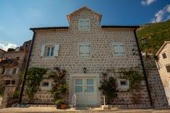 De oude bouw met witte houten vensters en deuren in stad van Pera Stock Fotografie
