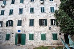 De oude bouw in Montenegro met Vensters Royalty-vrije Stock Afbeelding