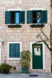 De oude bouw in Montenegro met Vensters Stock Fotografie
