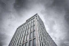 De oude bouw onder donkere wolken Stock Foto