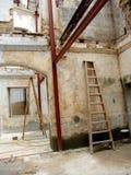 De oude bouw onder wederopbouw Royalty-vrije Stock Foto