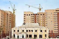 De oude bouw op de achtergrondbouw van nieuw Stock Afbeeldingen