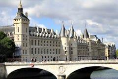 De oude bouw in Parijs Stock Foto's