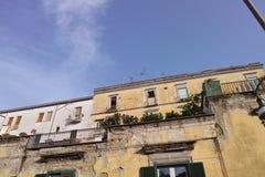 de oude bouw in de stad van Napels stock fotografie