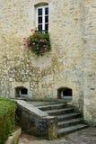 De oude Bouw van de Steen met Bloemen, Frankrijk stock afbeeldingen