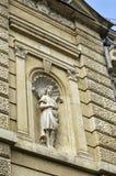 De oude bouw van 1891 jaar met jong vrouwenstandbeeld in de stad van Ruse royalty-vrije stock foto