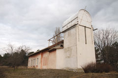 De oude bouw van kleine telescoop in de Krim in de herfst Stock Foto's
