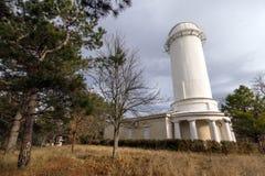 De oude bouw van kleine telescoop in de Krim in de herfst Stock Fotografie