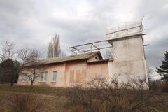 De oude bouw van kleine telescoop in de Krim in de herfst Royalty-vrije Stock Fotografie