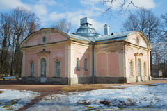De oude bouw van paleiskeuken in het park van Oranienbaum in de zonnige Maart-middag stock afbeelding