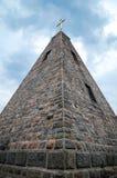 De oude bouw van steenpiramide, op een achtergrond van blauwe hemel stock foto's