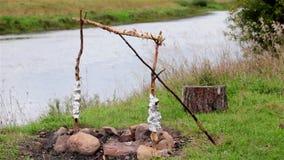 De oude brandkuil op de rivierbank De lichte wind stock videobeelden
