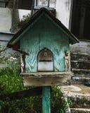 De oude brievenbus van het wintertalingsvogelhuis Stock Fotografie