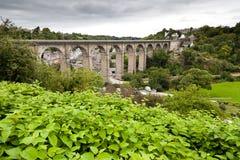 De oude brug in Dinan Stock Afbeeldingen