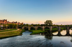 De oude brug overspant brede rivier in Carcassonne Royalty-vrije Stock Foto