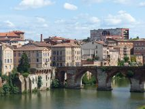 De oude brug Pont -pont-vieux van Albi in zuidwesten van Frankrijk royalty-vrije stock foto