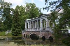 De oude brug in Tsarskoye Selo Stock Foto's