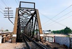 De oude brug van de metaalspoorweg Stock Afbeeldingen